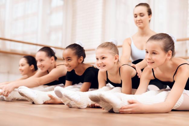 i-bambini-praticano-stretching-e-piegatura_85574-14913